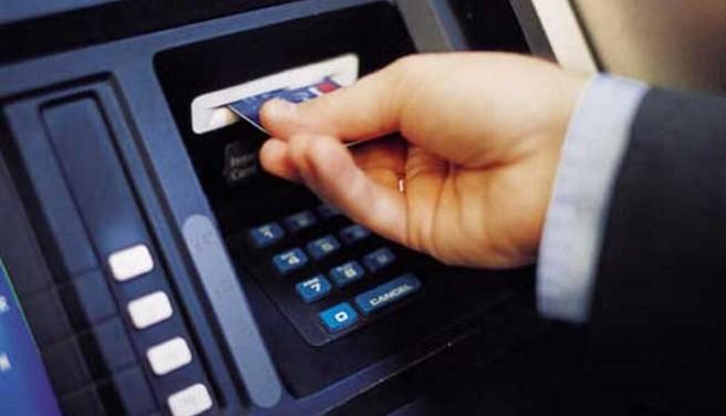 transaksi menggunakan kartu atm