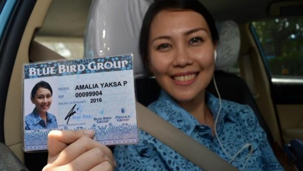 supir-wanita-taksi-blue-bird