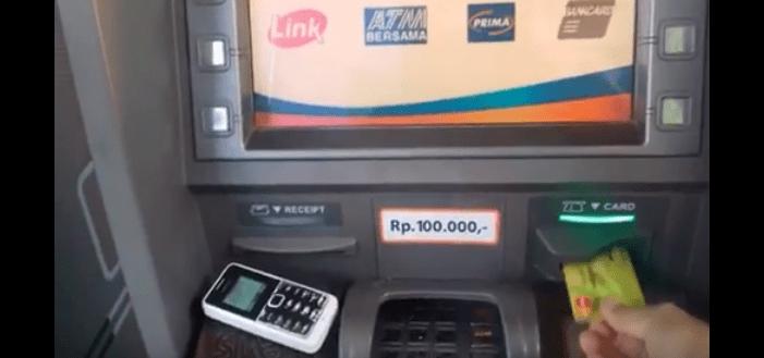 Memasukan kartu ATM BRI ke Mesin ATM