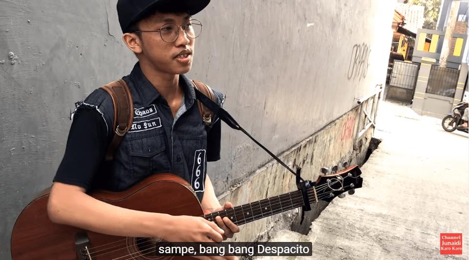 Pengamen Menyanyikan Lagu Despacito