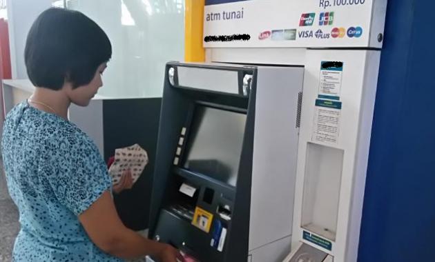 Ambil uang di ATM BRI