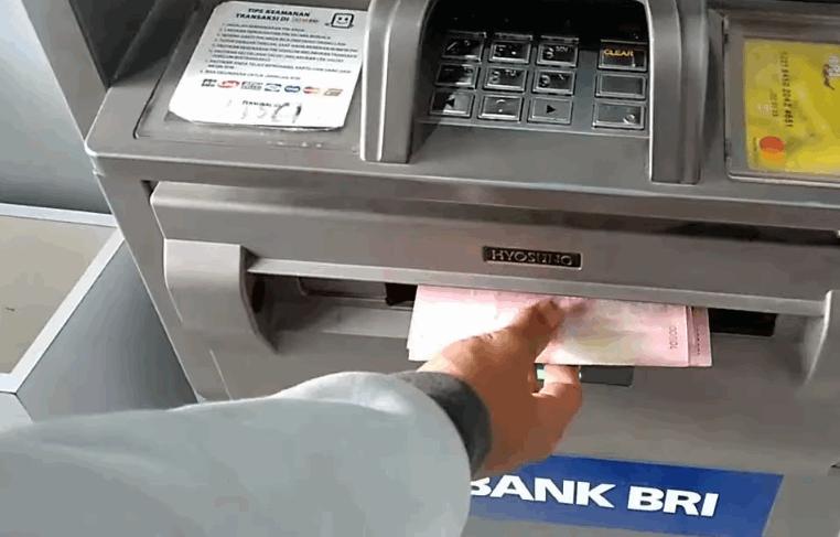 Pengertian Tarik Tunai dalam Transaksi di ATM Banyak transaksi yang bisa dilakukan melalui mesin ATM seperti transfer uang, cek saldo rekening tabungan, bayar tagihan dan tarik tunai. Tarik tunai adalah sebuah transaksi yang dilakukan nasabah melalui mesin ATM untuk mengambil uang yang ada didalam rekening tabungan, saat akan melakukan transaksi nasabah harus memasukan pin rahasia terlebih dahulu. Besar uang yang dapat diambil nasabah tergantung dari jenis kartu atm yang digunakan, karena setiap kartu punya batas yang berbeda, ada yang Rp5 juta perhari, Rp15 juta hari, dan seterusnya. Penarikan tunai melalui mesin ATM yang sesuai dengan kartu atm yang digunakan tidak akan dikenakan biaya, sedangkan jika menggunakan kartu atm dan mesin ATM yang berbeda maka dikenakan biaya sebsar Rp6500 per transaksi.