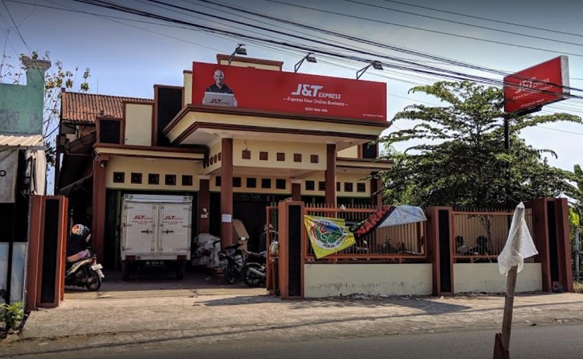Jika paket anda mengalami keterlambatan yaitu tertunda di gudang j5 yang ada di Sleman Timur, maka kami sarankan untuk mengambil sendiri paket tersebut di kantor DC J&T tempat paket anda berada. Alamat J&T DC Sleman Timur Jalan Timbulrejo, Denokan, Maguwoharjo, Kec. Depok, Kabupaten Sleman, Daerah Istimewa Yogyakarta 55282 Persyaratan mengambil paket sendiri yaitu membawa KTP dan menyebutkan nomor resi pengiriman, petugas akan mencari paket anda digudang. Jika paket ada di gudang maka akan langsung diberikan kepada anda. Tapi jika paket sudah dibawa kurir, maka anda harus menunggu di rumah / alamat tujuan sesuai dengan yang tertera pada paket. Pastikan nomor tetap aktif agar mudah dihubungi kurir jika mengalami problem tidak tahu alamat.